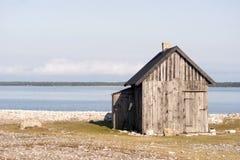 Пляж с камнем и домом Стоковое Изображение RF