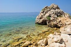 Пляж с камнями на Podgora, Хорватии Стоковое Изображение RF