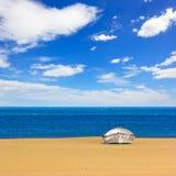 Пляж с развалиной шлюпки стоковое фото rf