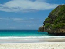 Пляж с скалистым свисанием Стоковая Фотография RF