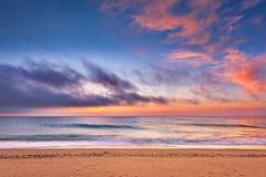 Пляж с солнечным светом в море Стоковая Фотография