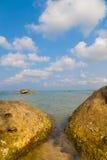 Пляж с утесами стоковое изображение rf
