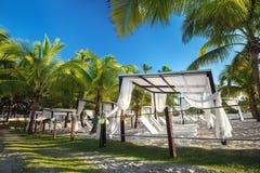 Пляж с loungers и газебо солнца Стоковое Изображение