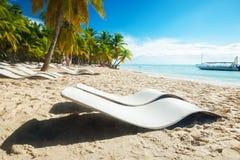 Пляж с loungers солнца Стоковое Изображение