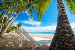 Пляж с loungers солнца Стоковые Фотографии RF