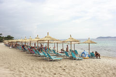 Пляж с sunbeds и зонтиками Стоковые Фотографии RF