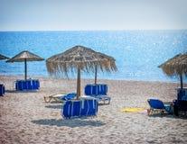 Пляж с sunumbrellas и sunbeds Стоковое фото RF