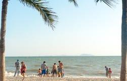 Пляж Таиланд Bangsan, люди мая 2016 ослабляет стоковое изображение
