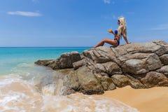 Пляж тонкого белокурого длинного с волосами коктеиля бикини женщины оранжевого тропический Стоковая Фотография RF