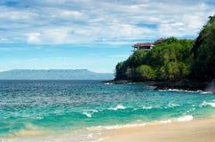 пляж тропический человека kuta острова bali городок захода солнца формы красивейшего Индонесии идущий видимый Стоковое Изображение