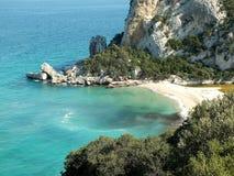 Пляж луны Calla Сардинии/Италии стоковые изображения rf