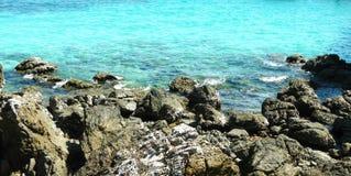 Пляж утеса на солнечный день Стоковая Фотография RF