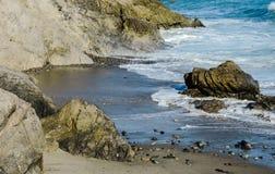 Пляж утеса с песком и океаном Стоковое фото RF