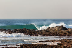 Пляж утесов голубой волны разбивая Стоковая Фотография RF
