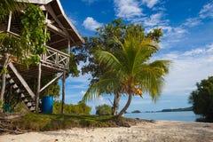 Пляж фото нетронутый тропический в острове Бали Сезон лета Бунгало в деревне Индонезии Горизонтальное изображение Стоковые Изображения RF