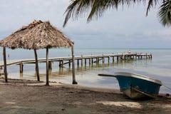 Пляж, шлюпка, и док стоковые фотографии rf