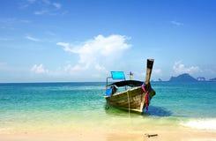 Пляж шлюпки длинного хвоста на море Стоковое фото RF