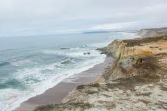 Пляж Almagreira и западное побережье Португалии в районе Ferrel между d'El Rei Peniche и Прая (Пляж короля) Стоковое фото RF