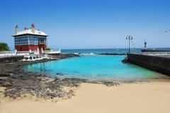 Пляж Arrieta Haria в побережье Лансароте на Canaries Стоковая Фотография RF