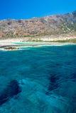 Пляж Balos Взгляд от острова Gramvousa, Крита в водах бирюзы Greece Волшебная бирюза мочит, лагуны, пляжи чисто белого песка стоковые изображения
