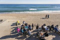 Пляж Barceloneta, карточки на утре осени, Барселона группы людей играя Стоковое Фото