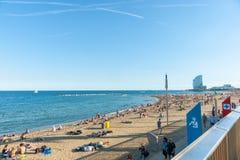 Пляж Barcelonetta с архитектурноакустически современной гостиницой w в distan стоковые изображения