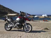 Пляж BMW R1200GS Zarkos, Evia в Греции Стоковые Фото