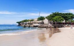 Пляж Copacabana и форт Copacabana в Рио-де-Жанейро Стоковые Изображения RF