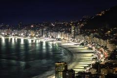 Пляж Copacabana на ноче в Рио-де-Жанейро Стоковые Фото
