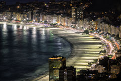 Пляж Copacabana на ноче в Рио-де-Жанейро Стоковое Изображение