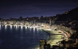 Пляж Copacabana на ноче в Рио-де-Жанейро стоковое изображение rf