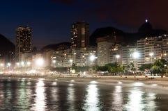 Пляж Copacabana на ноче Стоковые Фото