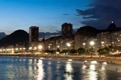 Пляж Copacabana на ноче Стоковые Фотографии RF