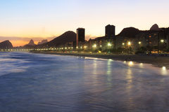 Пляж Copacabana, Corcovado, море в свете захода солнца, Рио-де-Жанейро Стоковые Фото