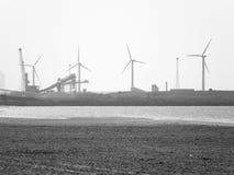 Пляж Crosby с ветрянками и индустрией стоковые фото