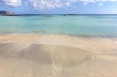 Пляж Elafonisi в Крете пристаньте точную белизну к берегу воды бирюзы песка Греция Стоковое Фото