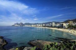 Пляж Ipanema на горячий летний день в Рио-де-Жанейро, Бразилии стоковое фото rf