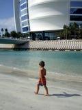 Пляж Jumeirha араба al Burj гостиницы в Дубай стоковые фотографии rf