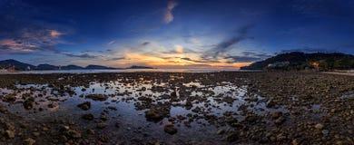 Пляж Kalim в сумерк на Пхукете, Таиланд, Стоковые Фотографии RF