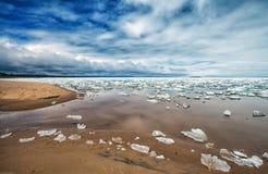 Пляж Lake Superior поезда Au таяния весны Стоковое Фото