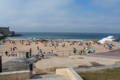 Пляж Moinho в Carcavelos, Португалии Стоковая Фотография