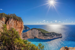 Пляж Navagio с кораблекрушением против захода солнца на острове Закинфа в Греции стоковое изображение