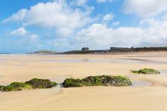 Пляж Newquay северный Корнуолл Великобритания Fistral с утесами и зеленой морской водорослью стоковая фотография rf