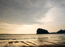 Пляж Pakmeng под заходом солнца Стоковое фото RF
