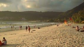 Пляж Patong Пхукета с темными облаками и желтым солнечным светом видеоматериал