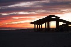 Пляж Pavillion Брайтона на заходе солнца Стоковые Фотографии RF