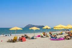 Пляж Platanias с парасолями и sunloungers солнца Стоковые Изображения