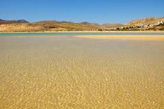 Пляж Playa de Sotavento на Фуэртевентуре, Испании - 16 02 2017 Стоковое фото RF
