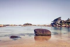 Пляж Ploumanach, утеса и залива. Тонизированный. Бретань, Франция. Стоковые Изображения RF