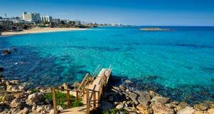 Пляж Protaras смотря к famagusta 2 стоковые изображения